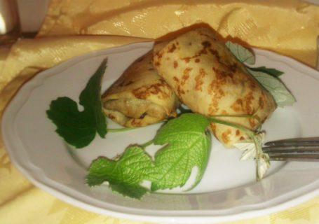 Russische Blini (dünne Pfannkuchen) mit Hackfleisch