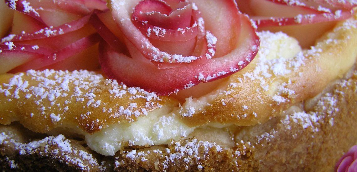 Käsekuchen mit versunkenen Apfelrosen