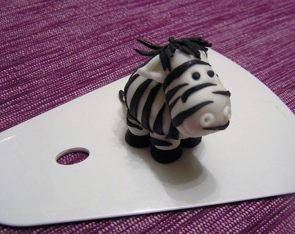 Zebra aus Zuckermasse für die Zebratorte Deko