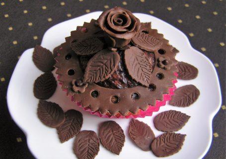 Cupcake mit Röschen aus Modellierschokolade