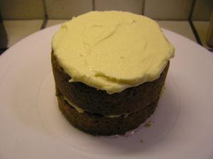 Tortenböden mit Vanillecreme einstreichen