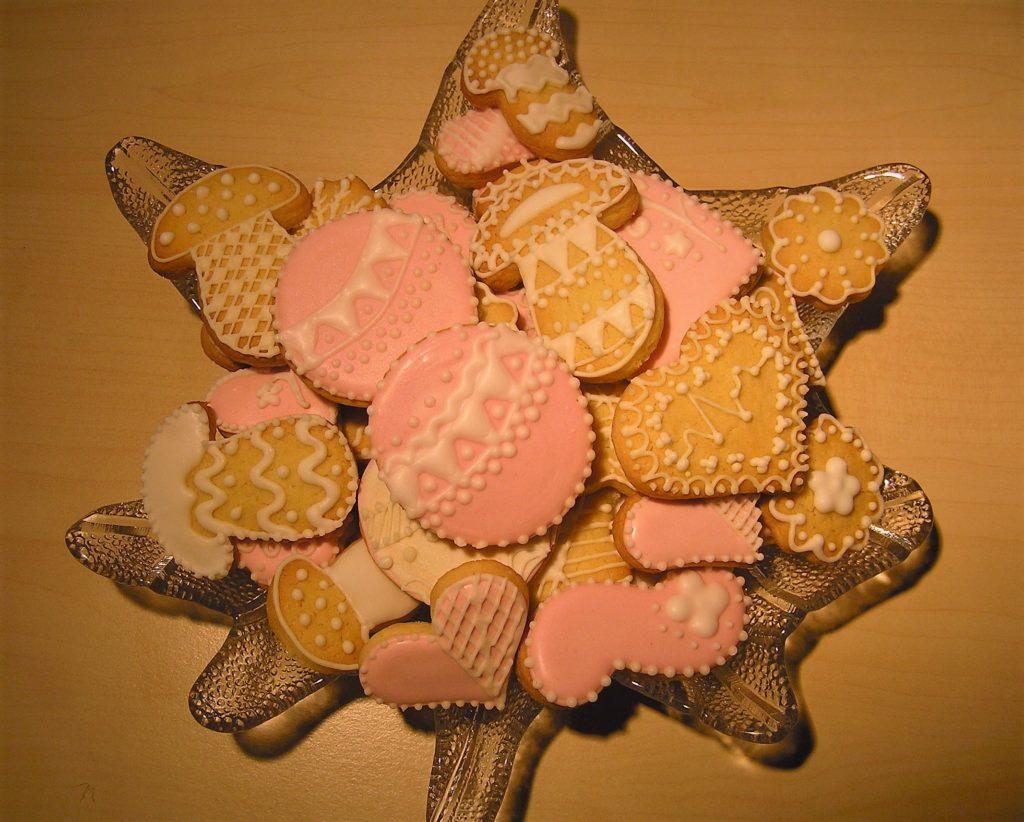 Plätzchen mit Zuckerglasur verzieren