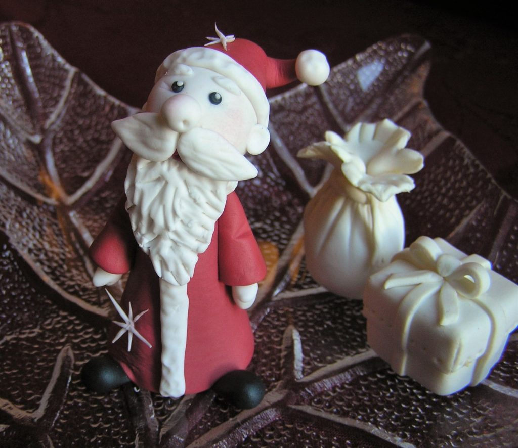 Fertig modellierte Weihnachtsmann aus Fondant