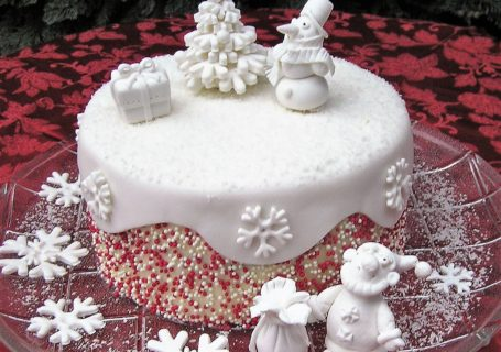 Torte Weihnachten mit Zuckerfiguren