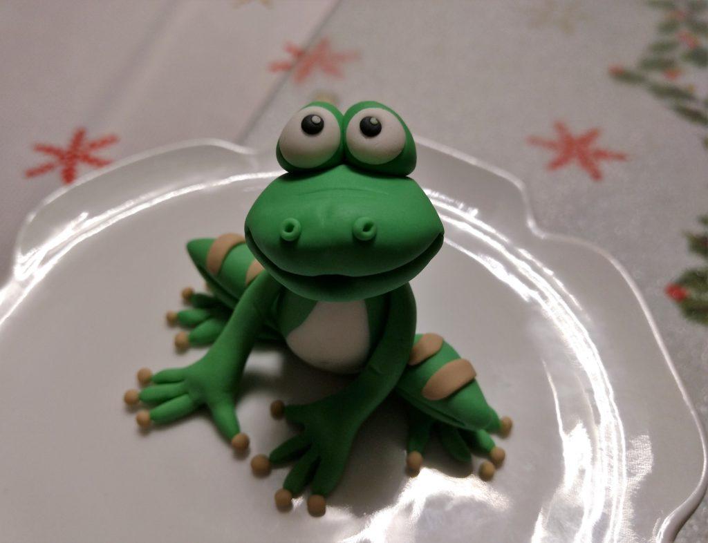 Einen Frosch aus Zuckermasse formen