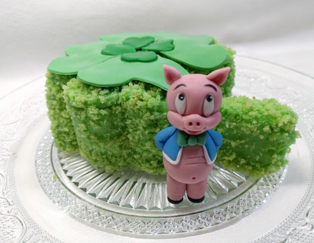 Süße Schweinchentorte mit einem Schweinchen aus Fondant als Glücksbringertorte
