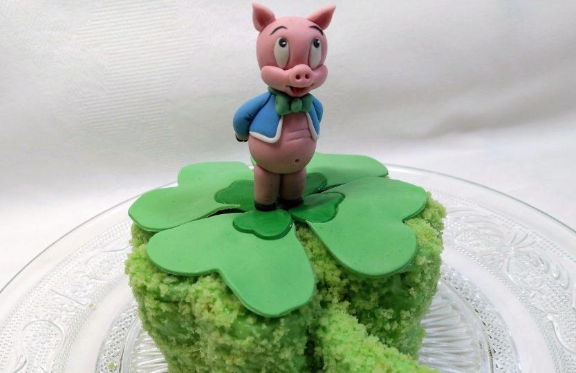 Schweinchentorte, Glückskleetorte mit Fondant Figur Schwein