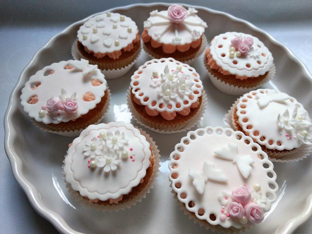 Hochzeit Cupcakes mit Fondant fein dekoriert