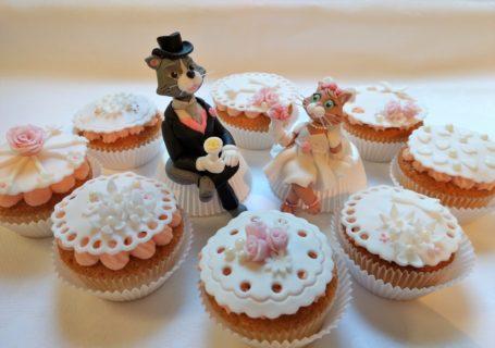 Hochzeit Cupcakes mit Brautpaar aus Fondant
