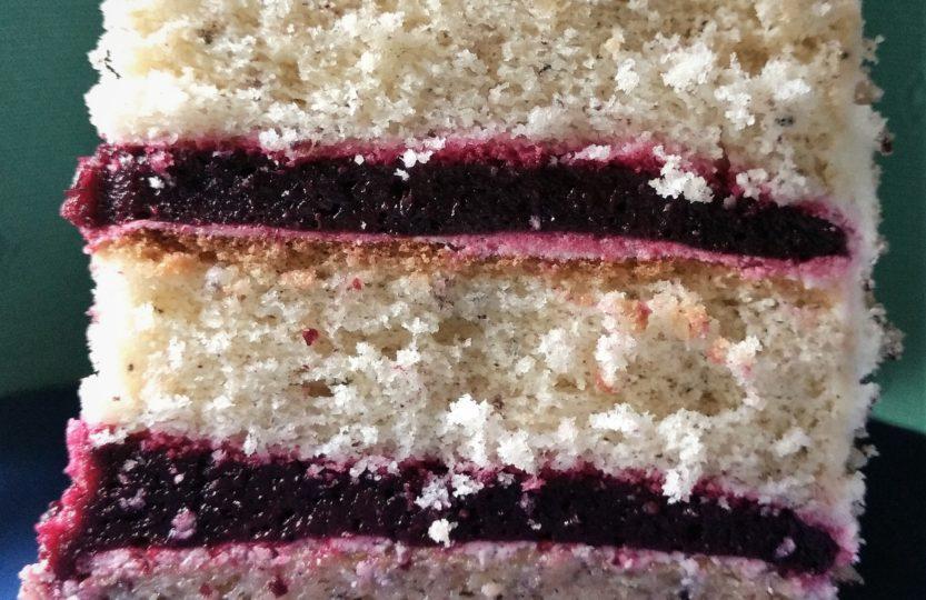 Stück Torte mit Torten-Fruchteinlage aus Waldbeeren