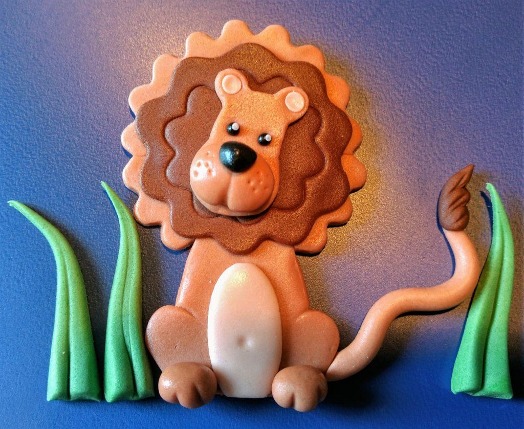 Tortendeko Tiere Löwe im Gras