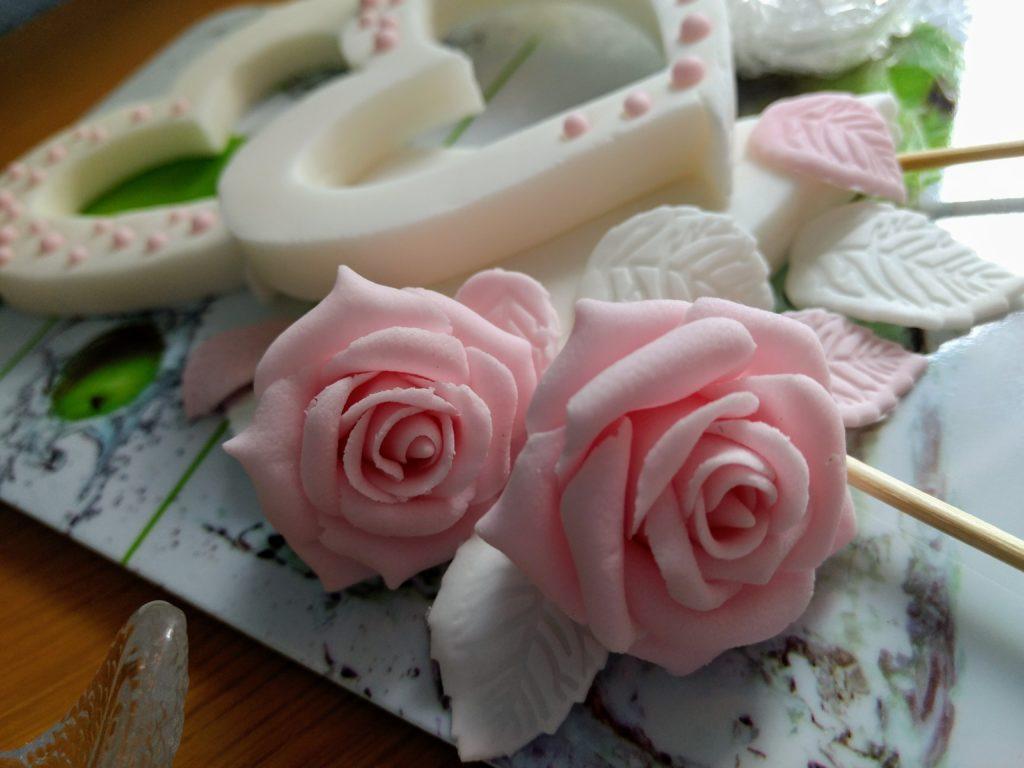Herzen und Rosen Fondant Tortenfiguren für Hochzeitstorte