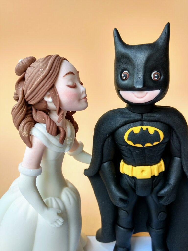 Bell und Batmann Tortenfiguren für Hochzeitstorte
