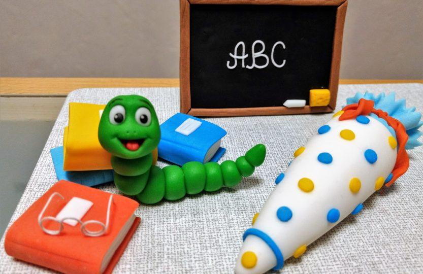 Tortenfigur aus Fondant zur Einschulung: Bücherwurm, Tafel, Bücher und Schultüte aus Fondant