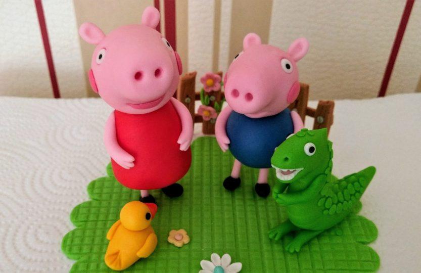 Peppa Wutz, George, Dino und Ente Figuren aus Fondant für eine Motivtorte.