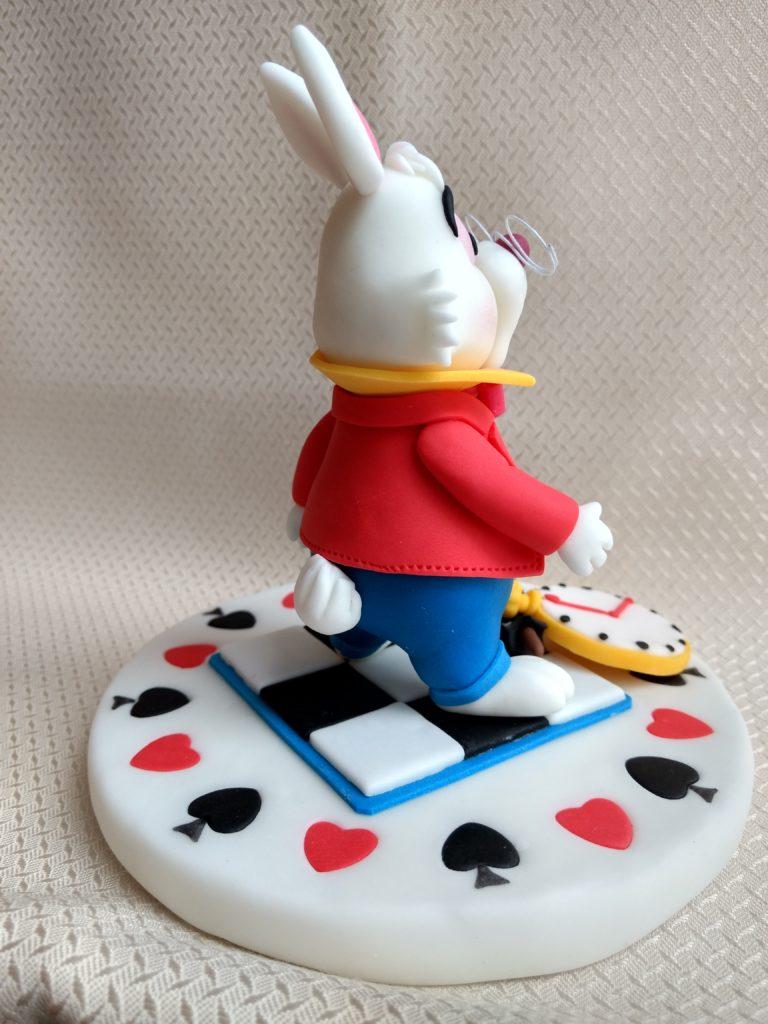 Das weiße Kaninchen, rechts Figur aus Fondant